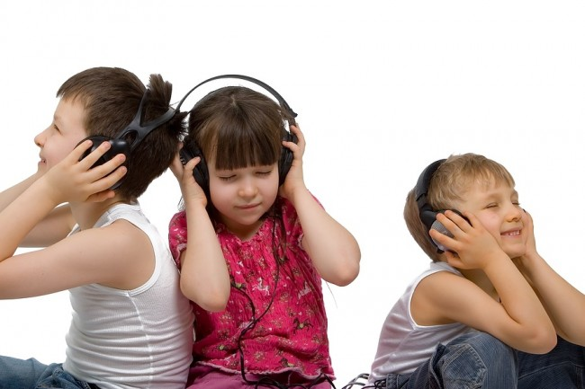 Children_Listening_To_Music_1256226