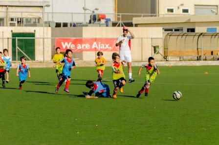 παιδιά παίζουν ποδόσφαιρο