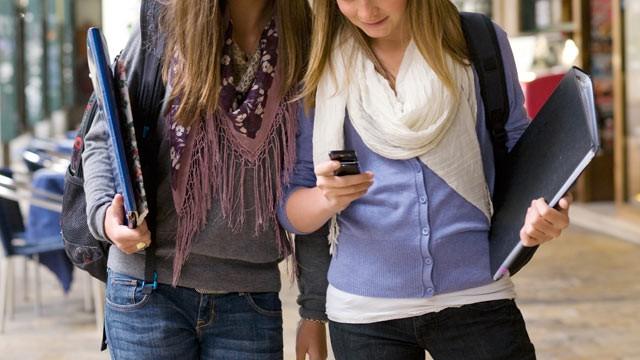 gty_teens_texting_sc_110819_wg