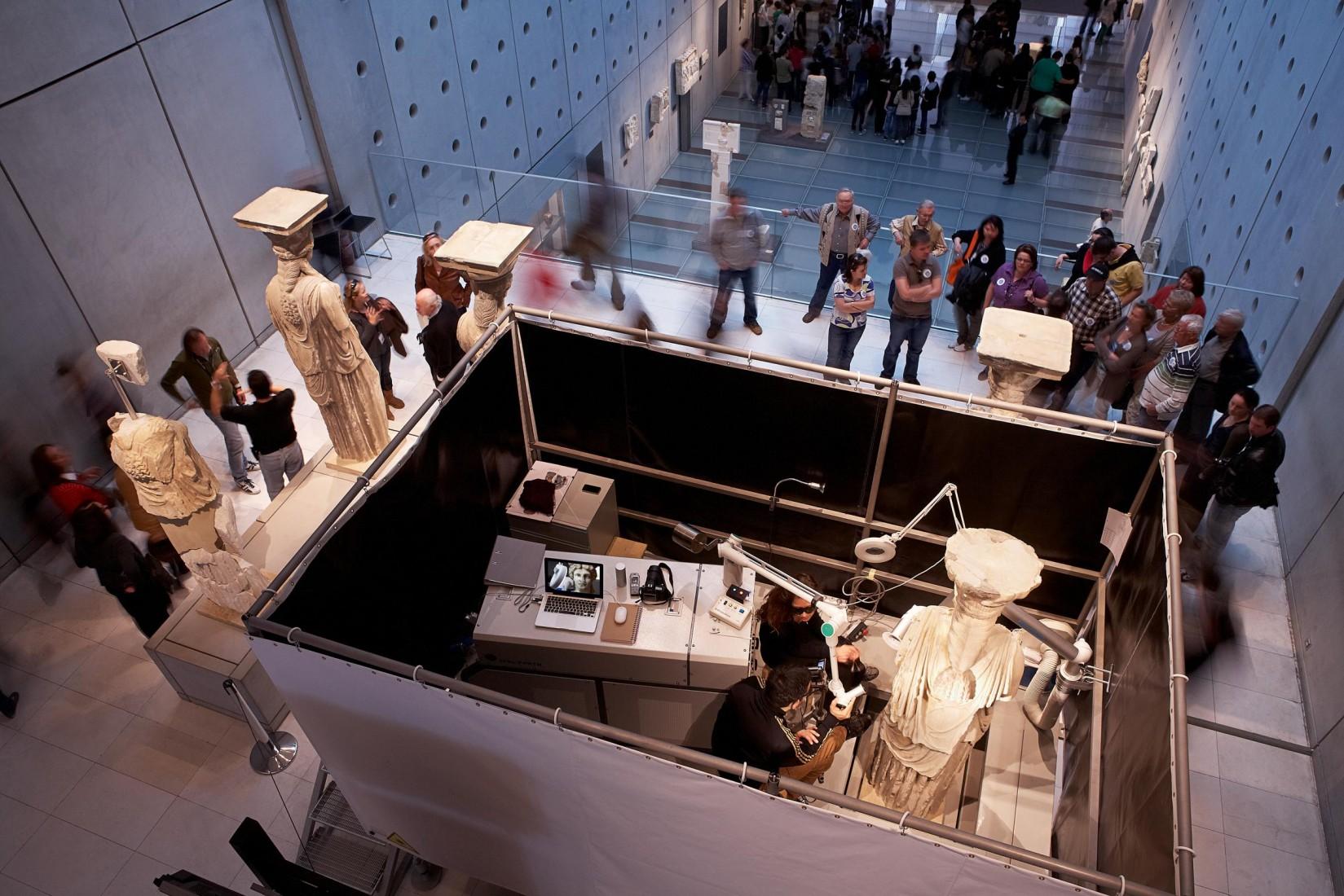 1. Εργασίες συντήρησης των Καρυάτιδων του Ερεχθείου.  © Μουσείο Ακρόπολης. Φωτογραφία: Γιώργος Βιτσαρόπουλος