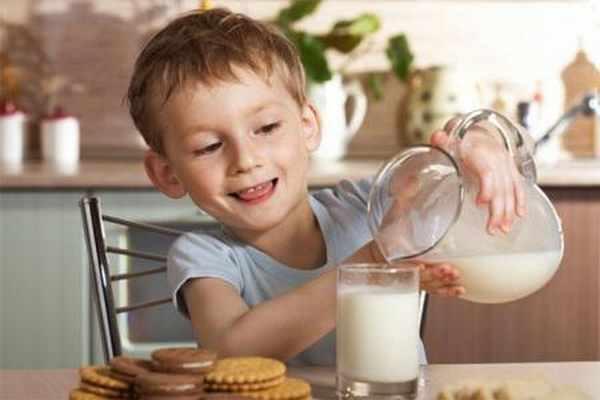 Children-breakfast-in-milk