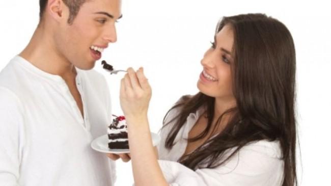 Couple-eating-dessert