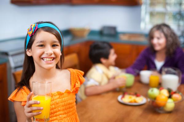 a6774_little-girl-drinking-orange-juice
