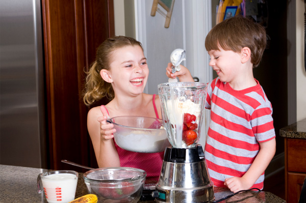 kids-making-milkshakes