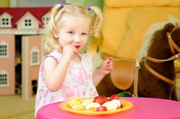 A_girl_eating_fruit