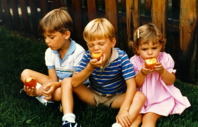 kids-eating-peaches