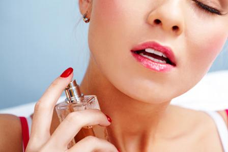 sexy-woman-applying-perfume-horiz