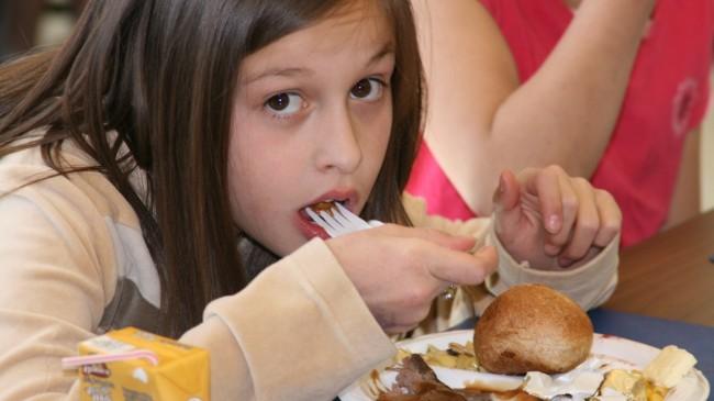 Girl-eating-G-Vogelzang