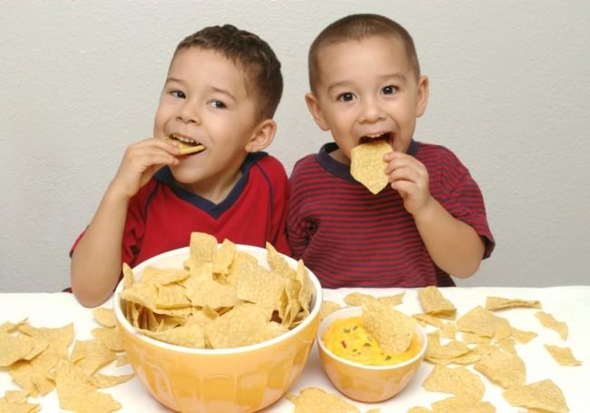 children-eating-chips