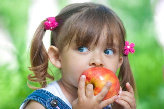 flowers blue eyes kids apples eating portraits 7776x5184 wallpaper_www.wallmay.net_9