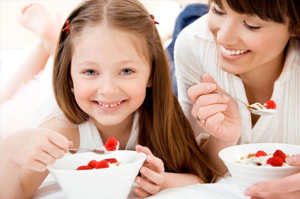 mom-daughter-eating-berries
