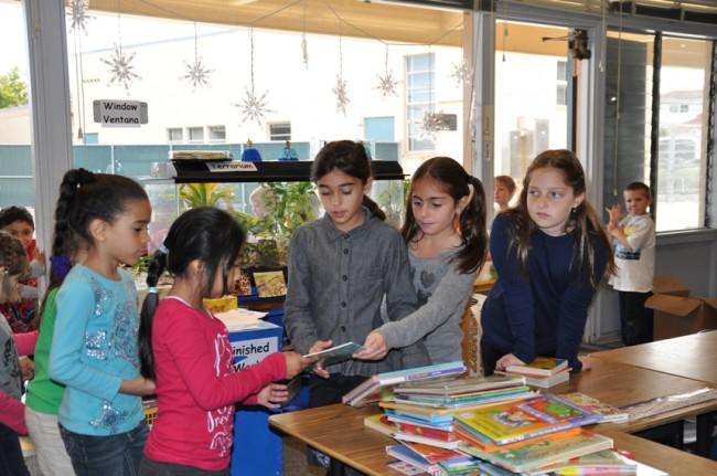 Kids-handing-out-he-books