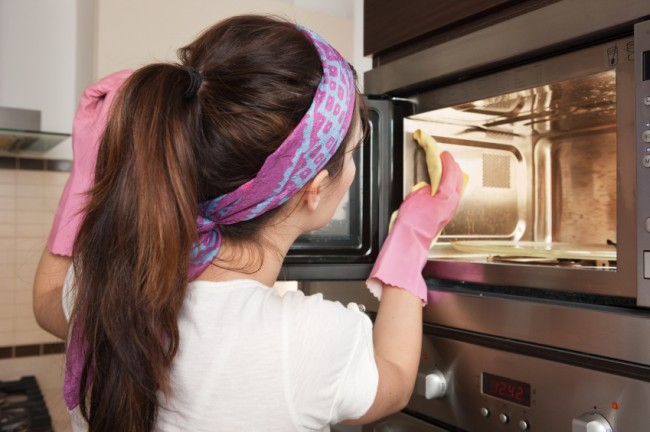 Woman-cleaning-microwave
