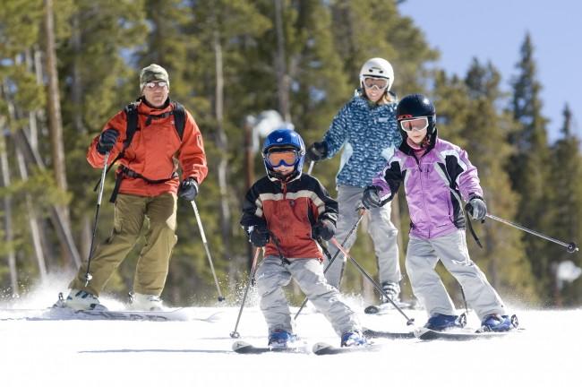 Family-Skiing2