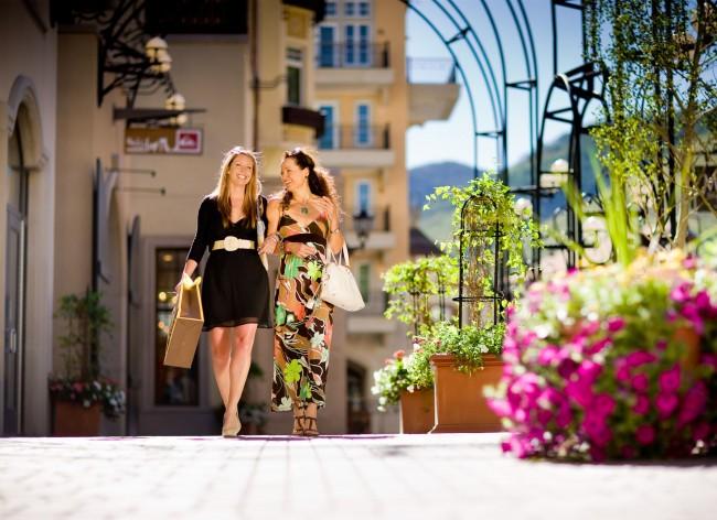 Women-Shopping-in-Lionshead-Village