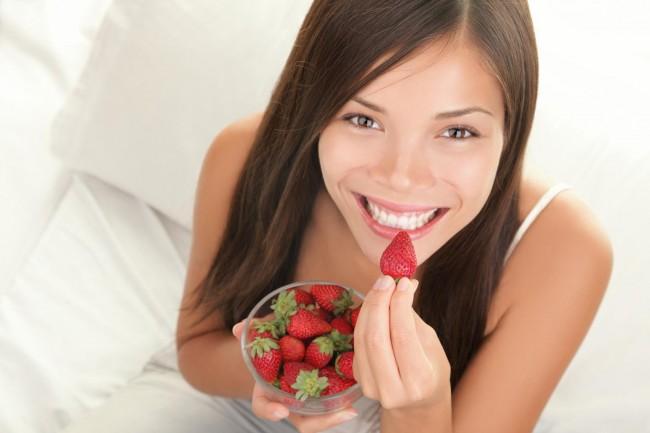 woman_eating_strawberries_1341926149