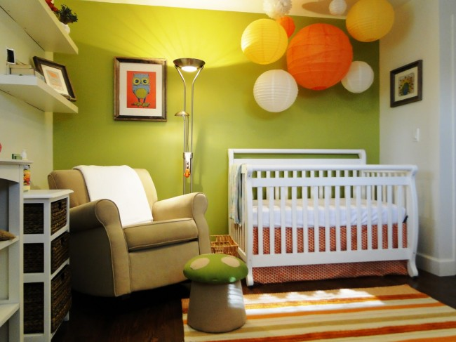 Baby-nursery-with-paper-lanterns
