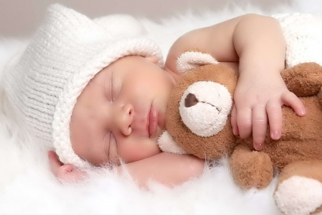 Very-Small-Cute-Baby-Sleeping-With-Teddy-Bear-Wallpaper