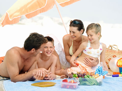 10-Tips-for-the-Perfect-Beach-Picnic-01-sl