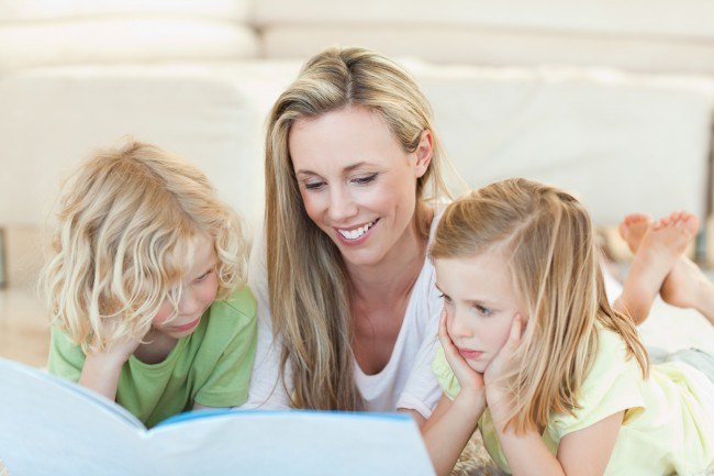 mom-and-2-kids-reading-