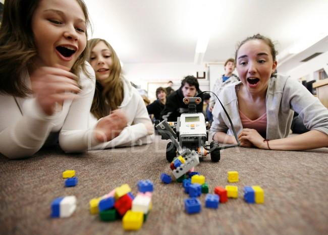robots-school-students-fun-science-class-victoria-bc