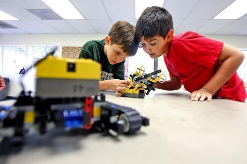 tn-blr-burbank-kids-learn-how-to-build-robots--001