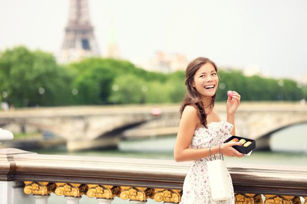 woman-paris-walking-macaroon