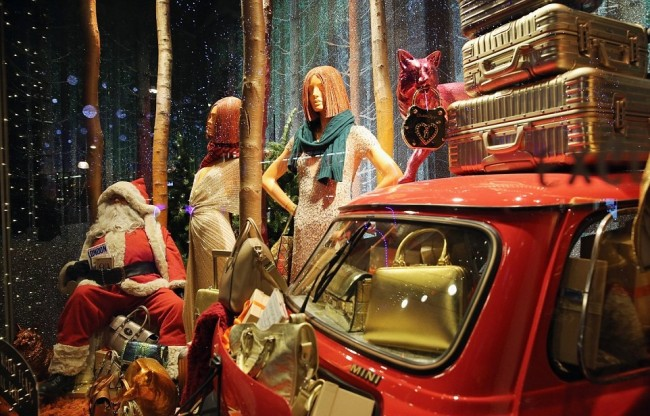 241DC20600000578-2877494-Driving_home_for_Christmas_Even_the_Mini_got_a_show_at_Selfridge-a-133_1418826487078