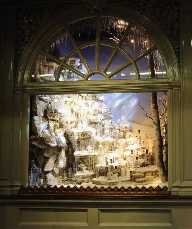 241DCA0200000578-2877494-A_liquid_Christmas_The_decorated_shop_windows_of_Fortnum_Mason_o-a-48_1418829102394