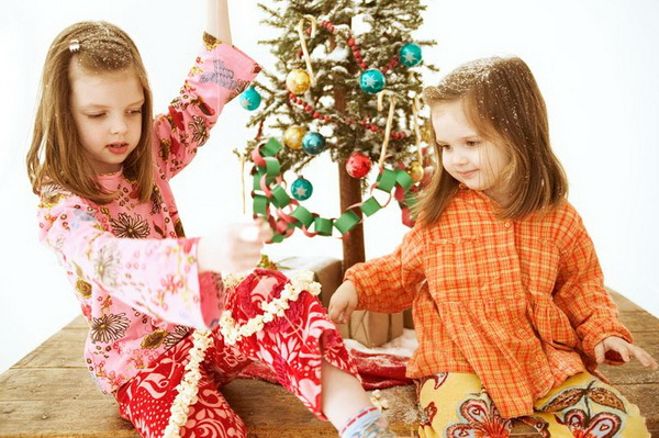 Christmas-Ornaments-to-Make-with-Kids-Wood-Table