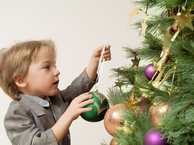 jolly-christmas--family-christmas-celebration-vol02-kids-decorating-christmas-tree--kids-christmas-wallpaper-98204