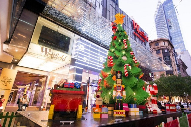 the-lego-christmas-tree-at-westfield-sydney_at-dusk