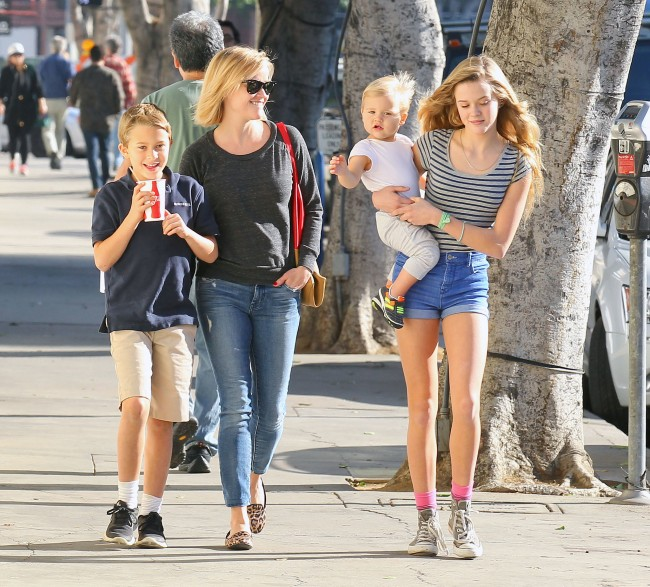 Reese-Witherspoon-smiled-Tennessee-Ava-held-him