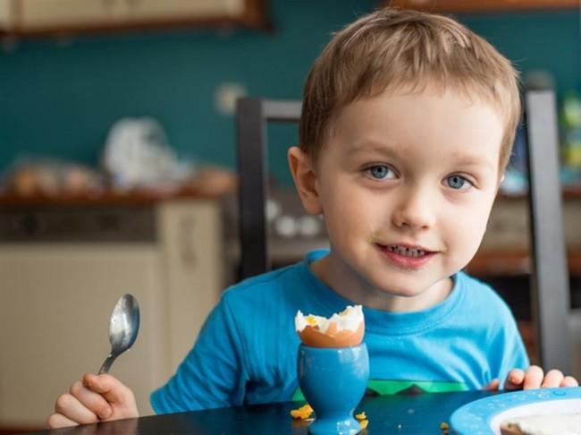 Αποτέλεσμα εικόνας για παιδι που τρωει αυγο