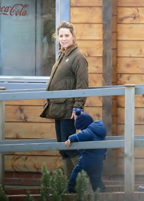 Kate-Middleton-Prince-George-Petting-Zoo-Pictures-6