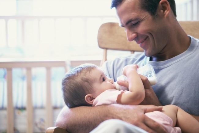 dad_feeding_baby_bottle