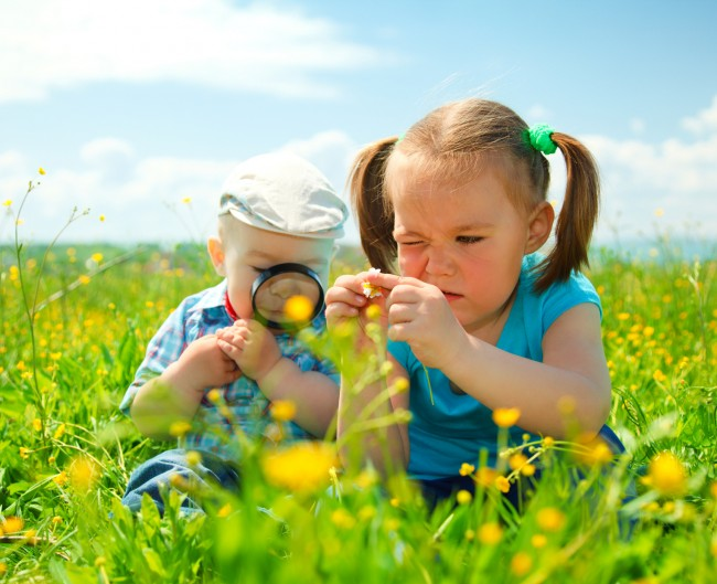 sf-children-in-field-with-magnifying-glass