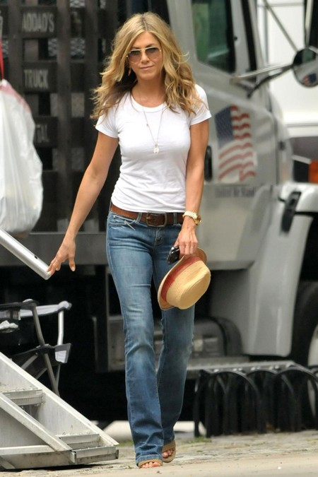 "Jennifer Aniston hangs onto her hat as she heads to ""The Bounty"" set"