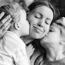 kids-kissing-mom