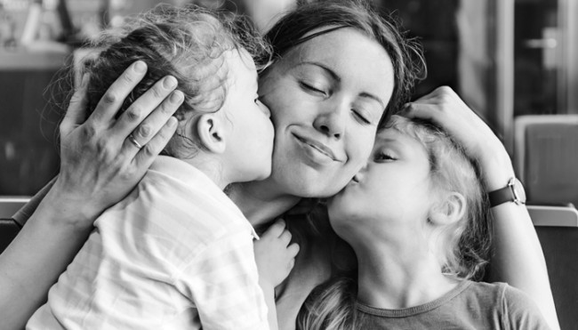 kids-kissing-mom