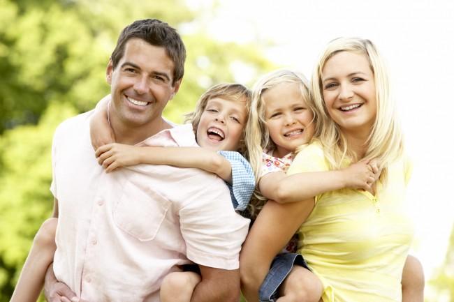 photodune-317366-family-having-fun-in-countryside-l