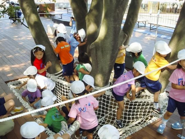 Τα παιδιά απολαμβάνουν να παίζουν στον τεράστιο κήπο