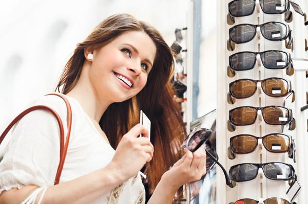 woman-sunglass-shopping