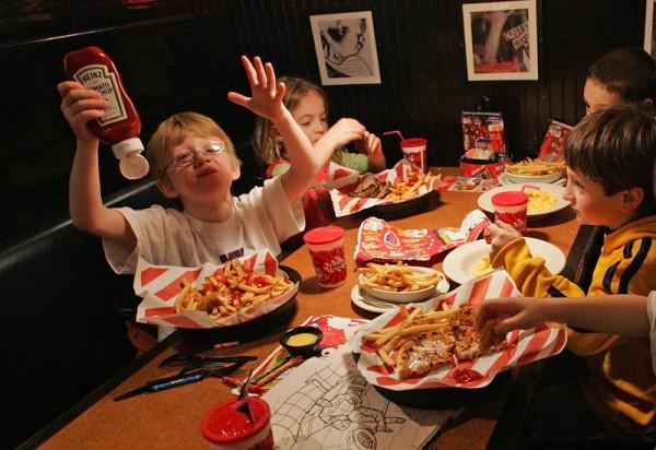 παιδιά τρώνε junk food