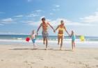 original_οικογένεια_τρέχει_στην_παραλία