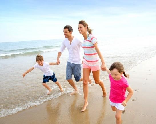 happy-beach-family