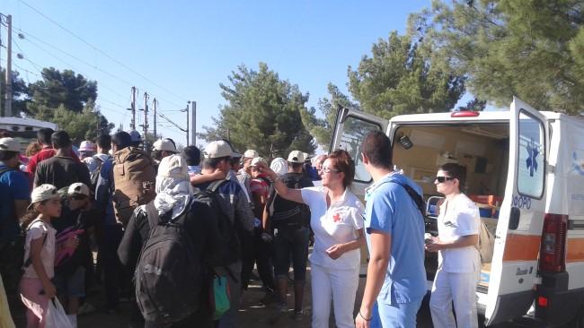01_09_2015 Κλιμάκιο της ΓΕΝΕΣΙΣ και του Ερυθρού Σταυρού μοιράζουν εφόδια σε πρόσφυγες