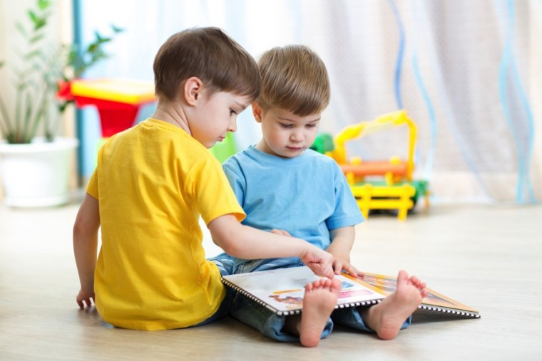 Kids-reading-together