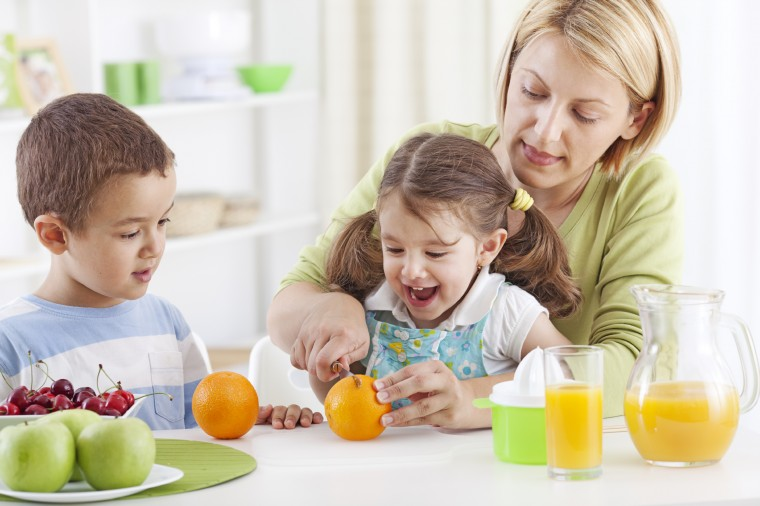 healthy-snacks-mom-with-kids-eating-fruit