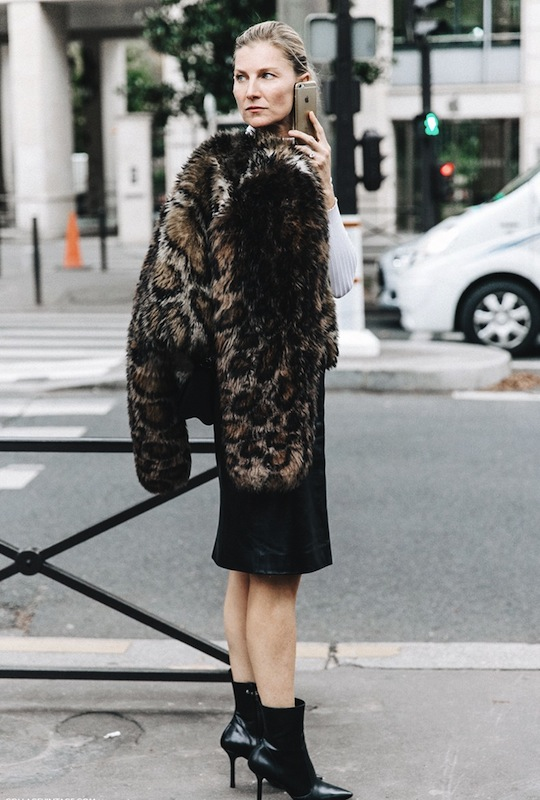 PFW-Paris_Fashion_Week-Spring_Summer_2016-Street_Style-Say_Cheese-Valentino_Spring_Summer_2016-Pencil_Skirt-Leopard_Coat-Elisabeth_Von-790x1185